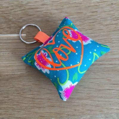 Porte clé Love, fleurs vertes et orange fluo