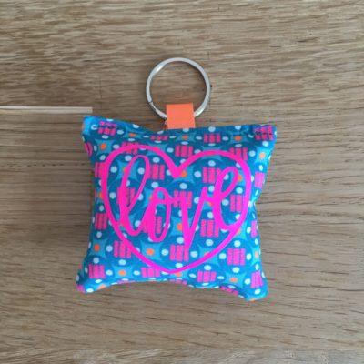 Porte clé Love, bleu et rose fluo
