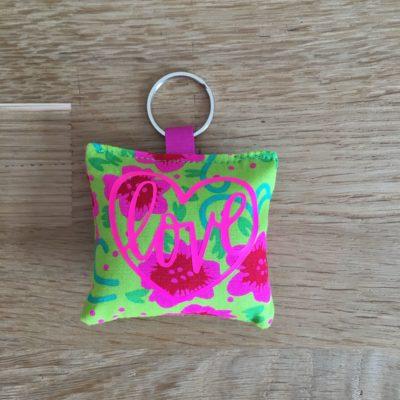 Porte clé Love, fleurs vertes et rose fluo